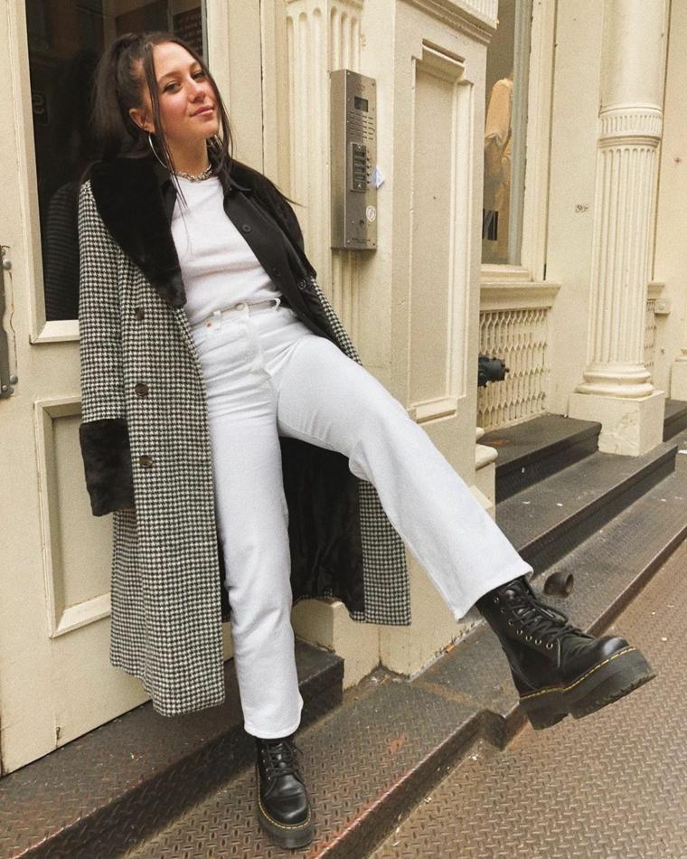 ragazza tumblr con anfibi neri abbigliamento pantalone jeans bianco e cappotto a scacchi