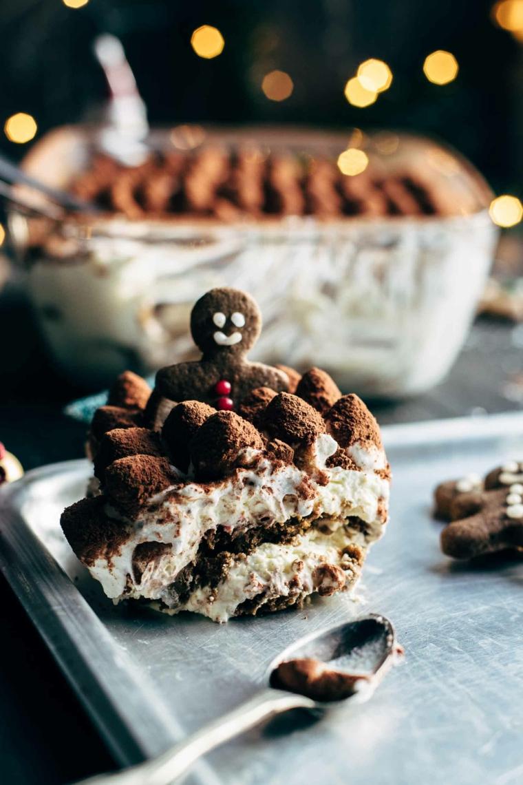 ricetta classica per tiramisù mascarpone e uova pastorizzate decorazione con cacao in polvere