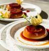 ricette vegane dolci piatto con dolce al cucchiaio decorato con fiori