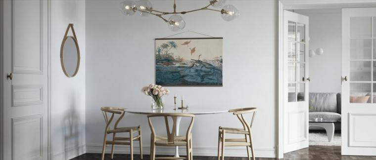 sala da pranzo con tavolo e sedie di legno decorazione parete con poster