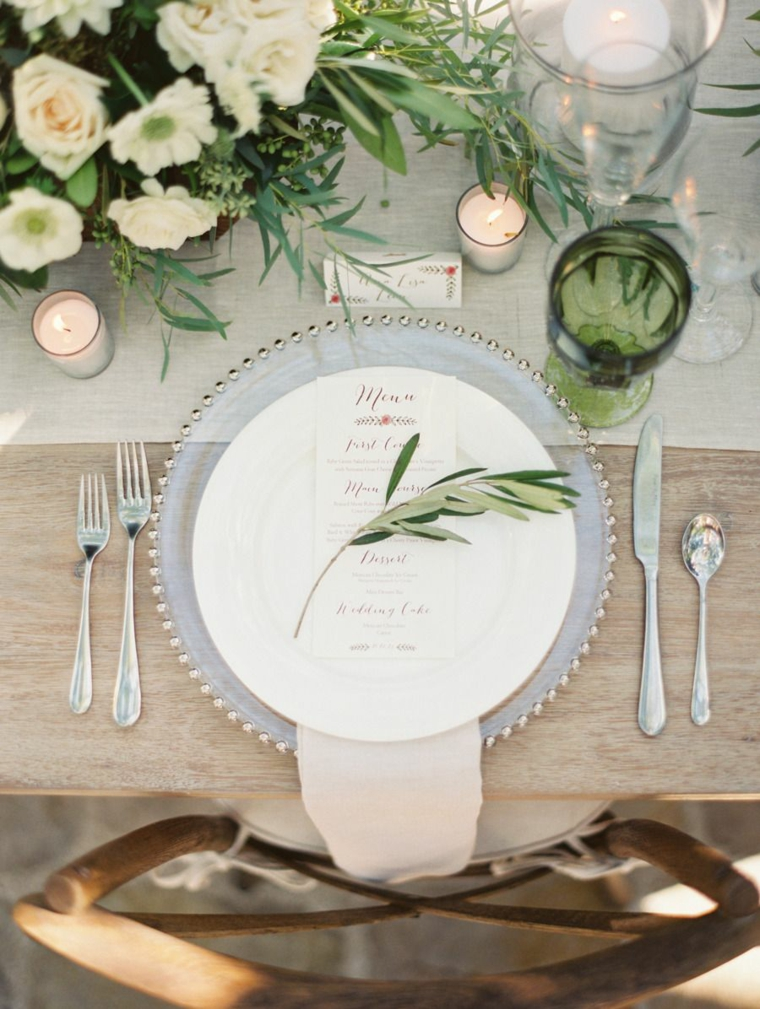 segnaposto con menu e rametto verde centrotavola con fiori come si mettono le posate