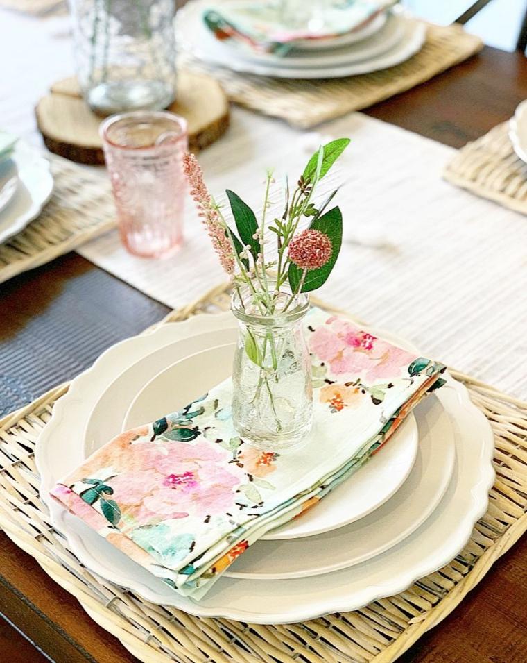 segnaposto con piccolo vaso di fiori tovagliolo abbinato al sottopiatto
