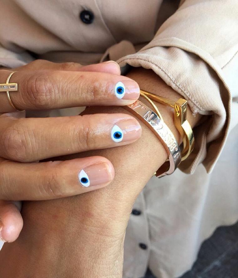 semipermanente unghie corte smalto trasparente con disegno occhio