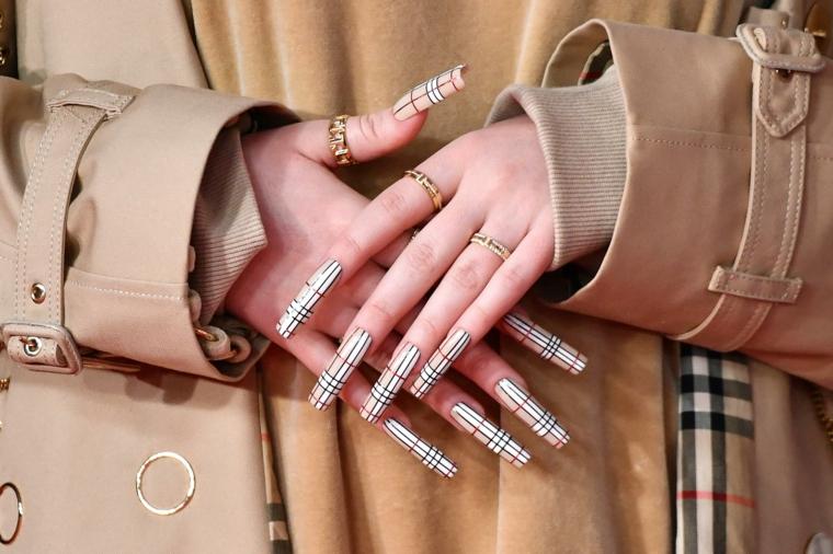 smalto colore beige disegno geometrico unghie gel estive 2021