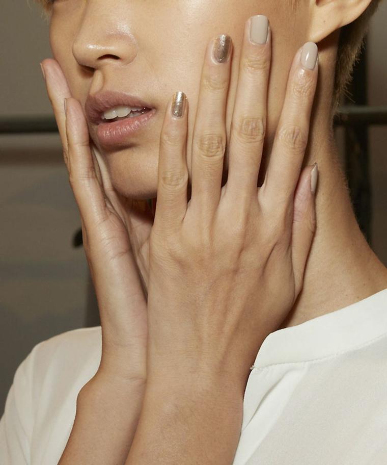 smalto colore nude accent nail argento unghie 2021 colori manicure corta