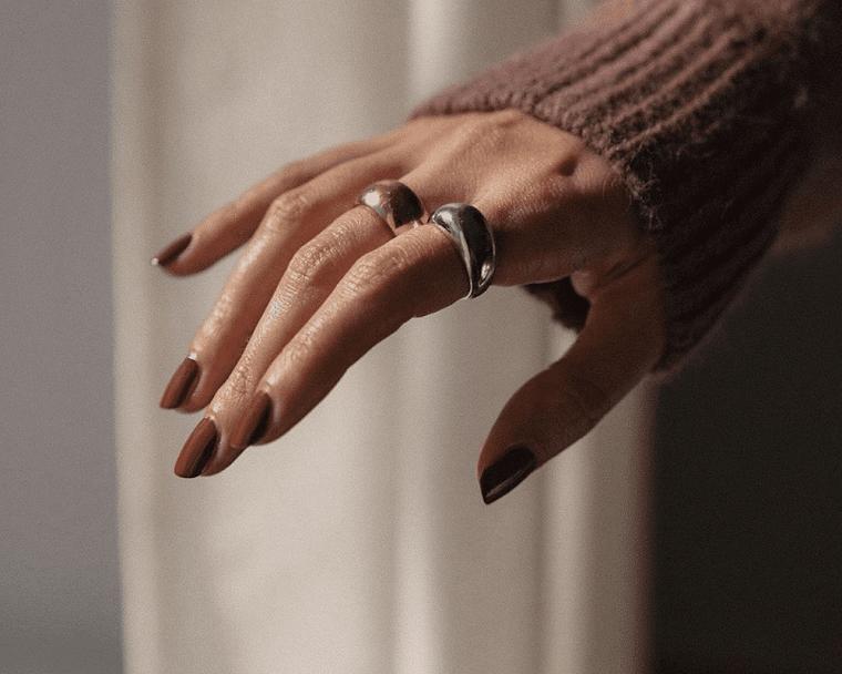 smalto marrone mat opaco nail art autunno 2021 unghie forma quadrata