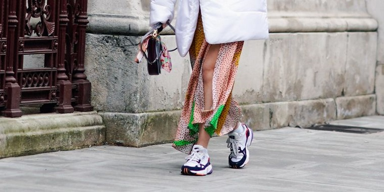 sneakers di tendenza 2021 donna con scarpe da ginnastica abbinate a gonna