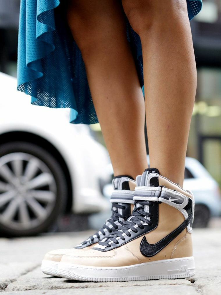 sneakers must have 2021 donna con gonna larga e scarpe da ginnastica alte