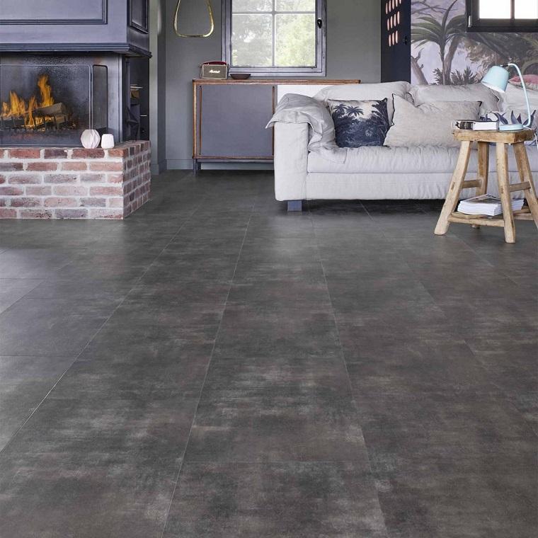 soggiorno con divano bianco pavimento in pvc di colore grigio