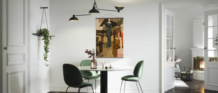 soggiorno con tavolo da pranzo parete decorata con poster disegno
