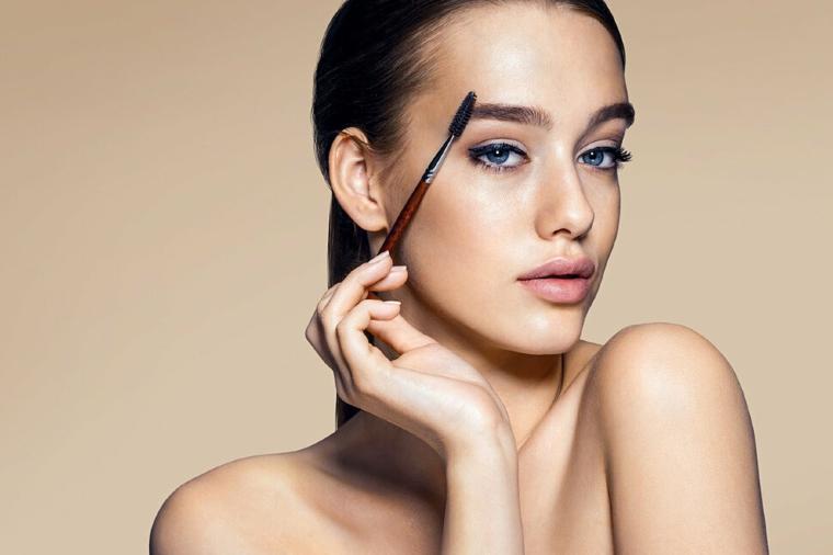 sopracciglia forma giusta trucco viso donna occhi azzurri capelli neri