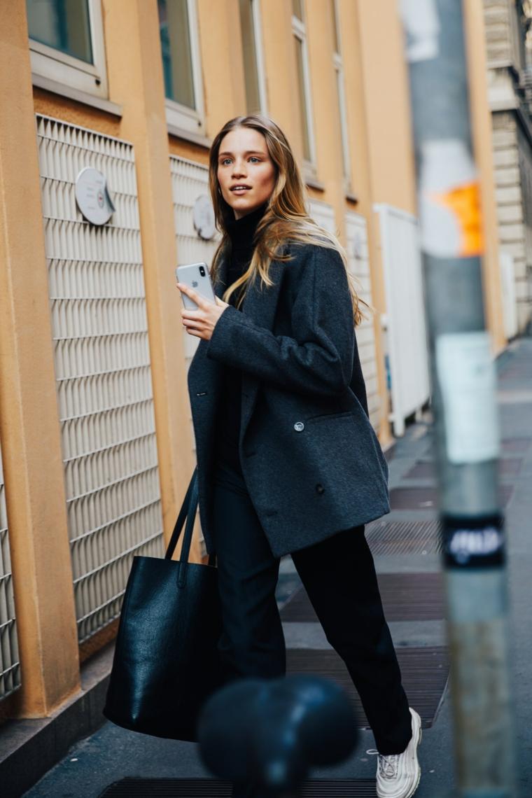stile elegante casual donna total look nero tendenze autunno inverno 2021