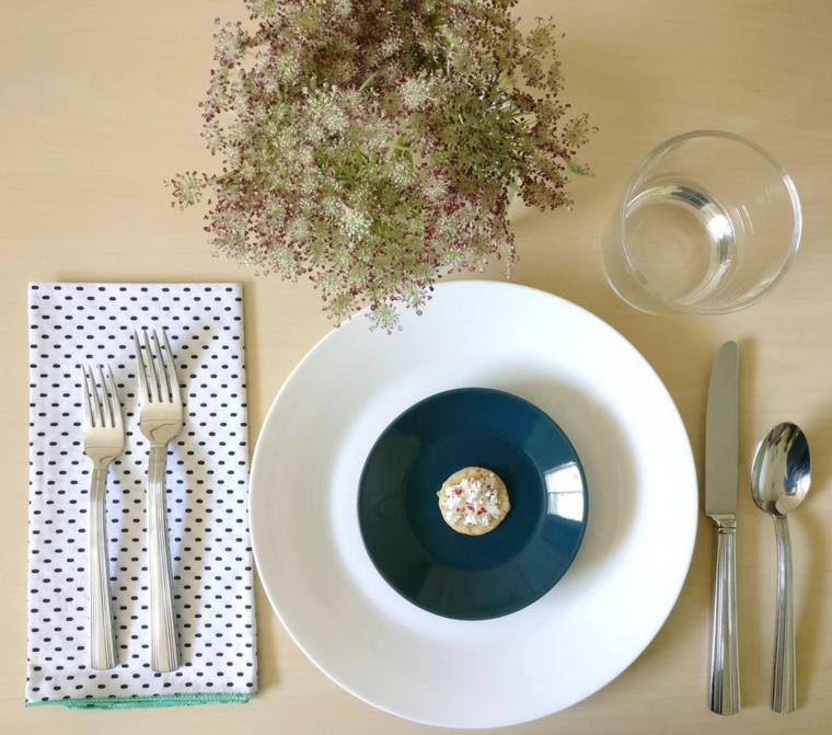 tavola apparecchiata galateo tovagliolo bianco a pois con due forchette