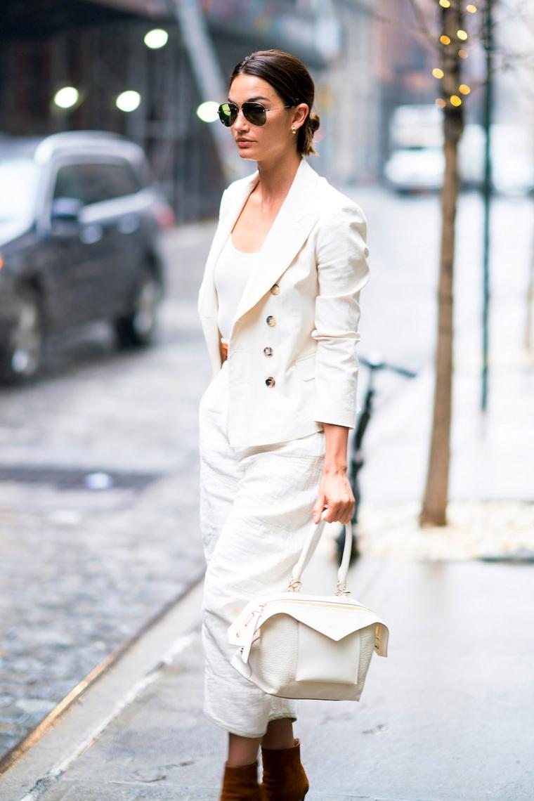 tendenze autunno inverno 2021 donna con pantalone bianco e giacca