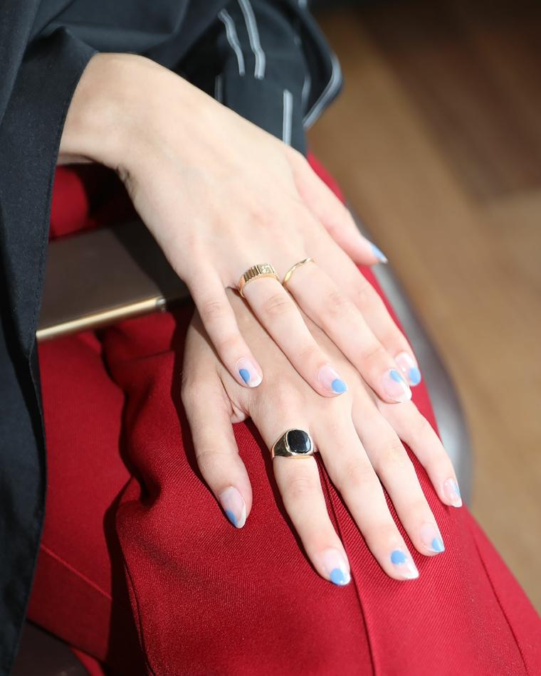 tendenze unghie 2021 manicure corta con smalto base trasparente accent nail macchie colorate