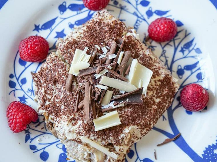 tiramisà senza uova decorazione dolce con scaglie di cioccolato e lamponi