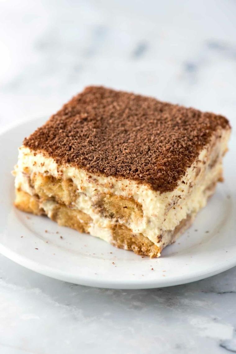 tiramisu con panna senza mascarpone dolce in piatto con savoiardi e cacao in polvere
