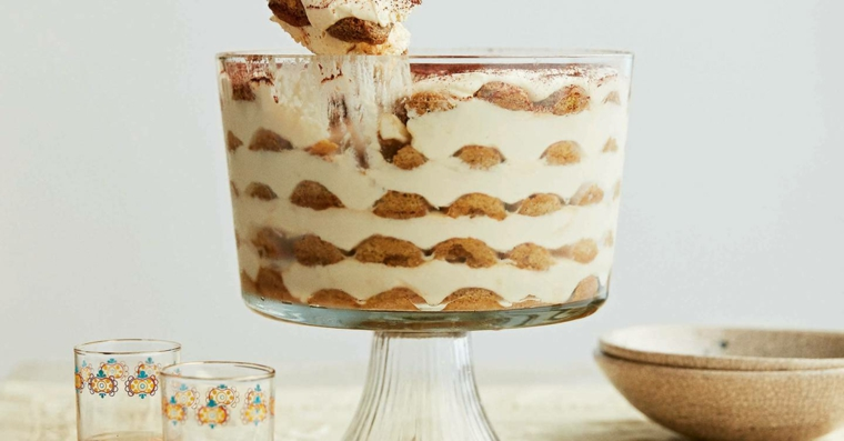 tortiera in vetro alta con savoiardi immersi in panna e crema di mascarpone