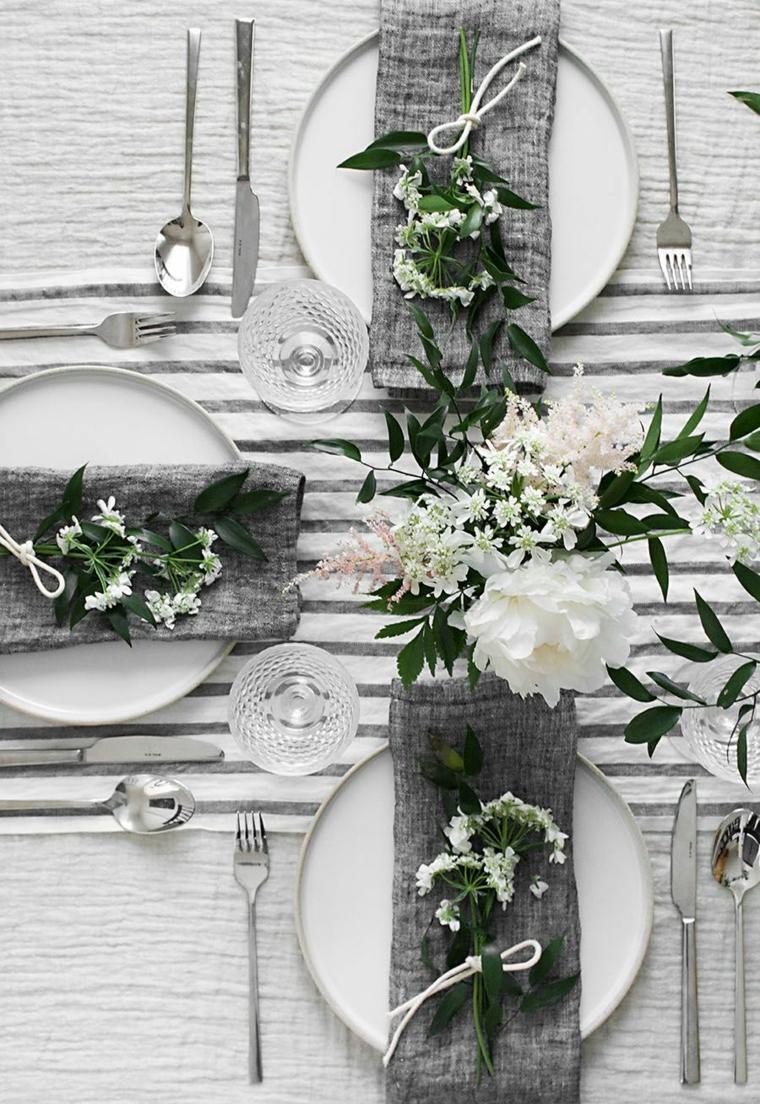 tovaglia bianca e grigia con vaso di fiori e tovagliolo messo sul piatto