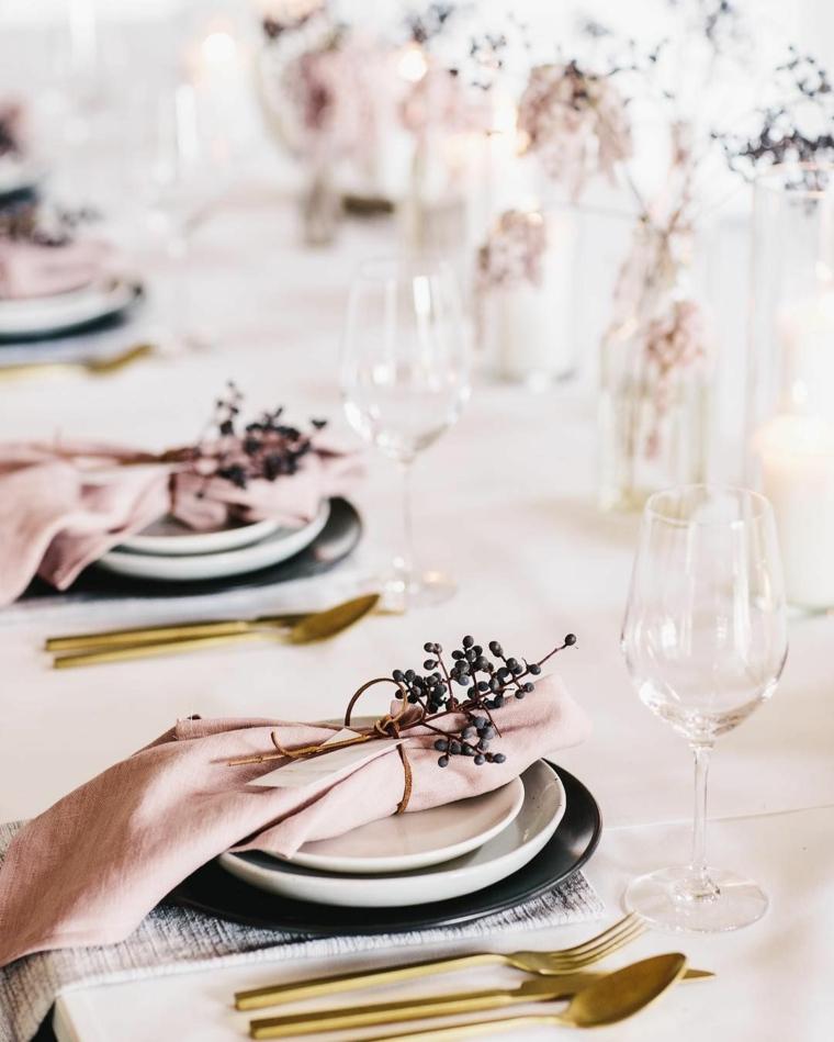 tovagliolo rosa legato con fiore di lavanda galateo a tavola come mettere le posate