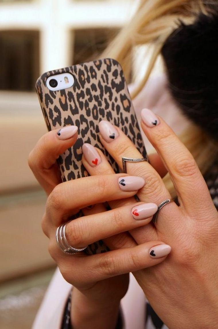 unghie 2021 colori manicure a mandorla con decorazioni puntini colorati smalto colore beige