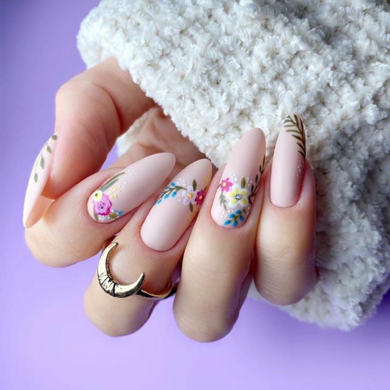 unghie ballerina smalto di colore rosa con disegni floreali nail art 2021 tendenze