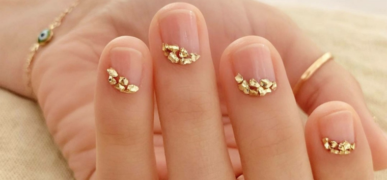 unghie gel estive 2021 smalto trasparente accent nail con brillantini colore oro