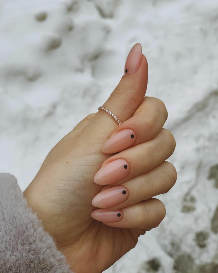 unghie stiletto con puntini neri nail art 2021 tendenze smalto di colore rosa