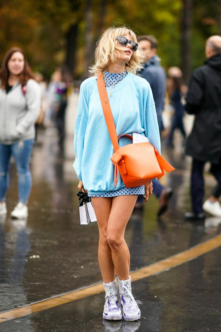 vestiti tumblr per ragazze maxi felpa di colore azzurro e borsa marrone