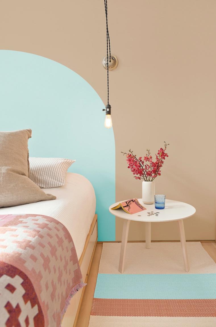 abbinamento colori pareti camera da letto rosa e azzurro tavolino con vaso di fiori