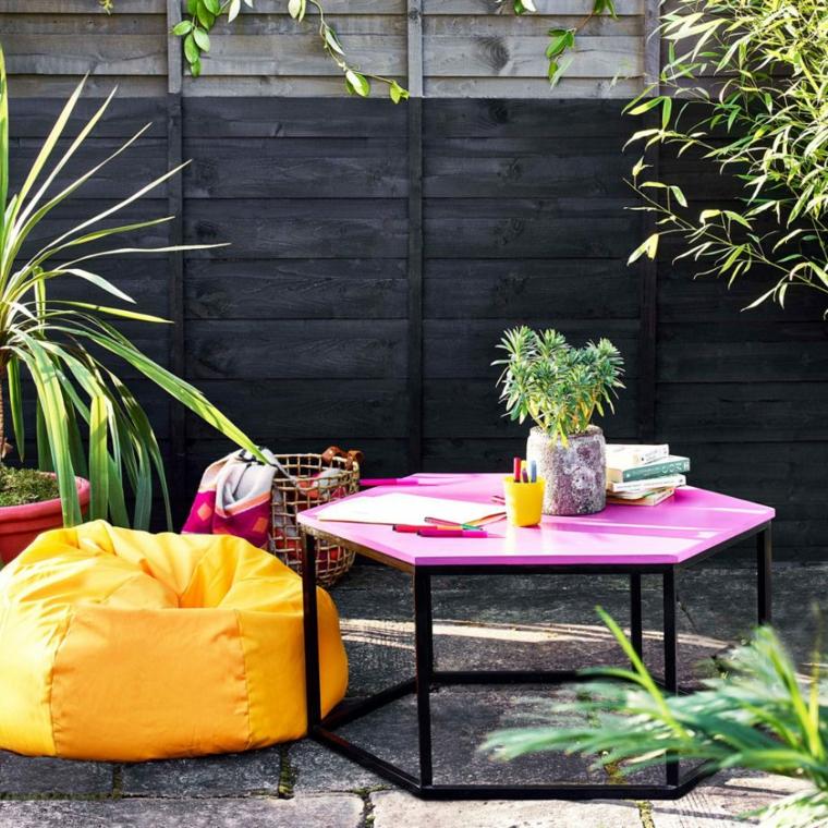 arredo esterno con pouf tavolini di metallo progetto giardino rettangolare