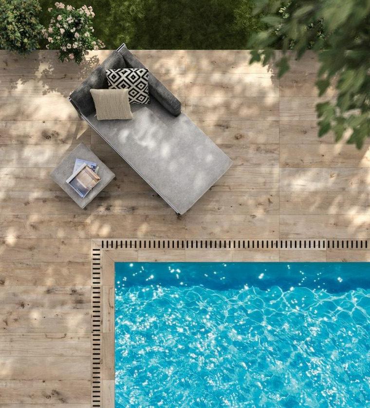 bordo piscina in legno arredamento con chaise lounge e cuscini colorati