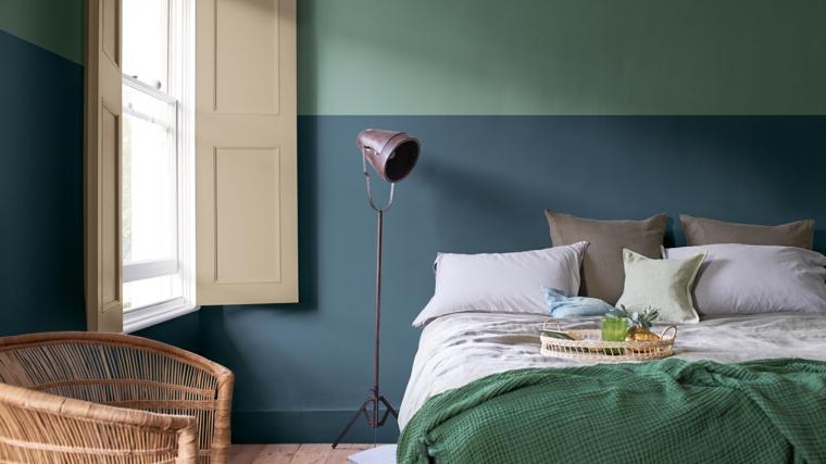 colori pareti camera da letto 2021 tonalità blu e verde salvia decorazione con lampada da pavimento