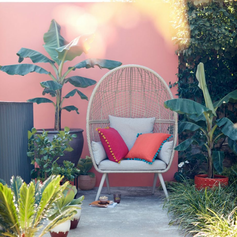 come arredare un giardino pavimentato decorazione con piante dalla foglia verde