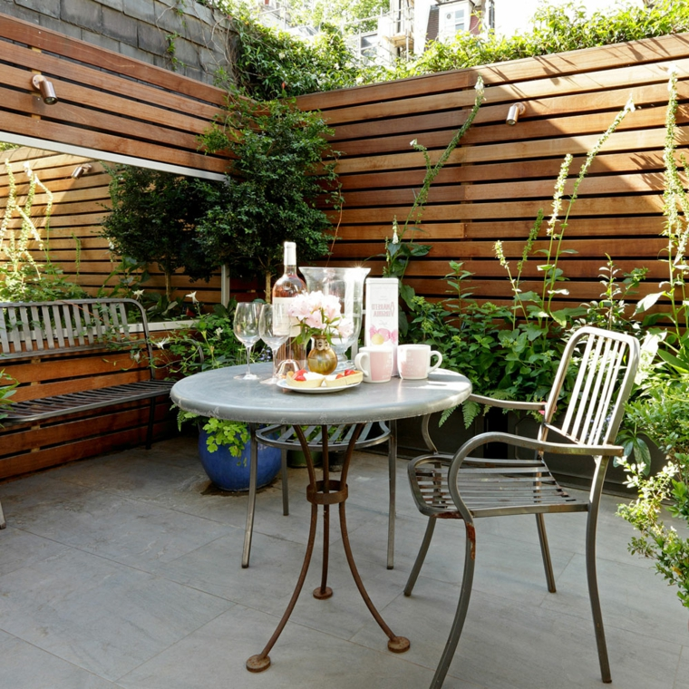come arredare un giardino pavimentato set di tavolo e sedie in metallo