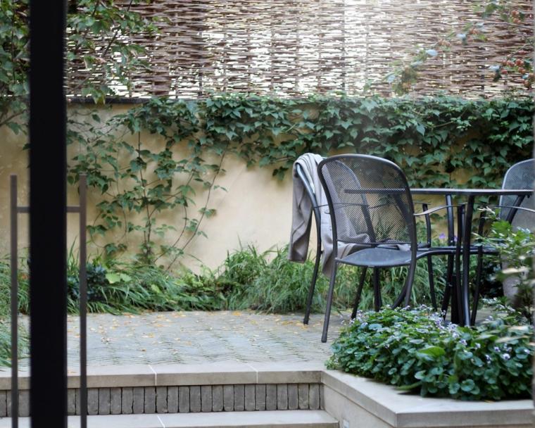 come arredare un giardino piccolo set di mobili in metallo con tavolo rotondo