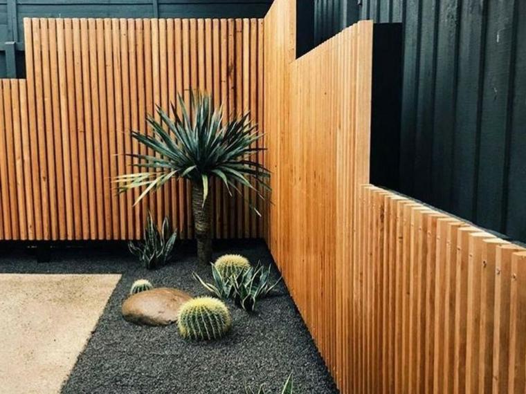come arredare un giardino spendendo poco recinzione in legno decorazione con piante verdi
