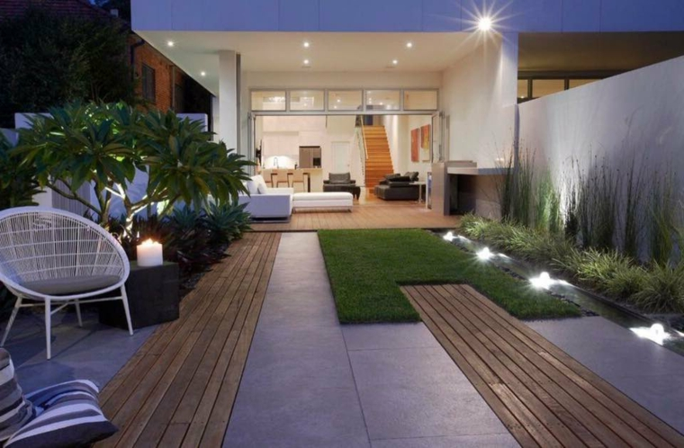 come sistemare il giardino spendendo poco arredamento con poltrona e cuscini