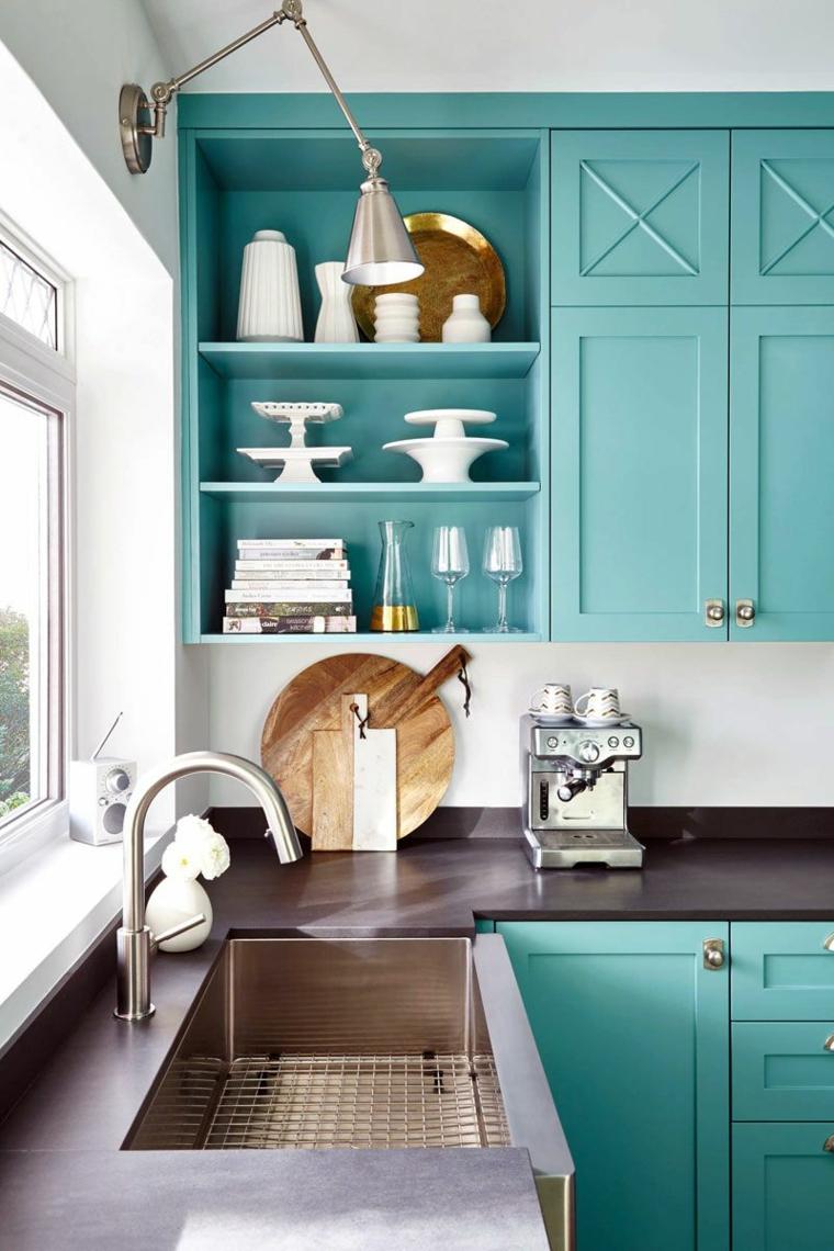 cucina con mobili di legno azzurro color tiffany significato top marmo nero