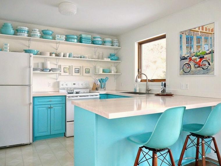 cucina con utensili di colore verde blu tiffany isola prolungata come tavola da pranzo