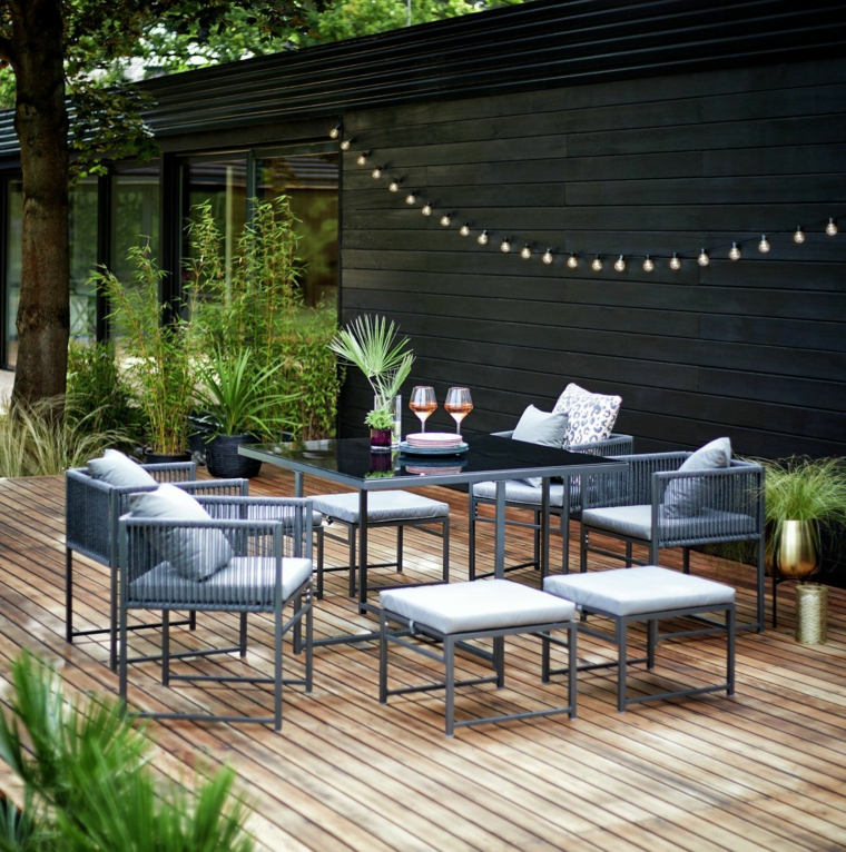 decorazione esterno con ghirlanda luminosa giardini idee da copiare arredo con set di mobili