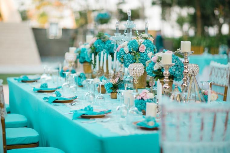 decorazione tavola con tovaglia verde tiffany e fiori segnaposti abbinati