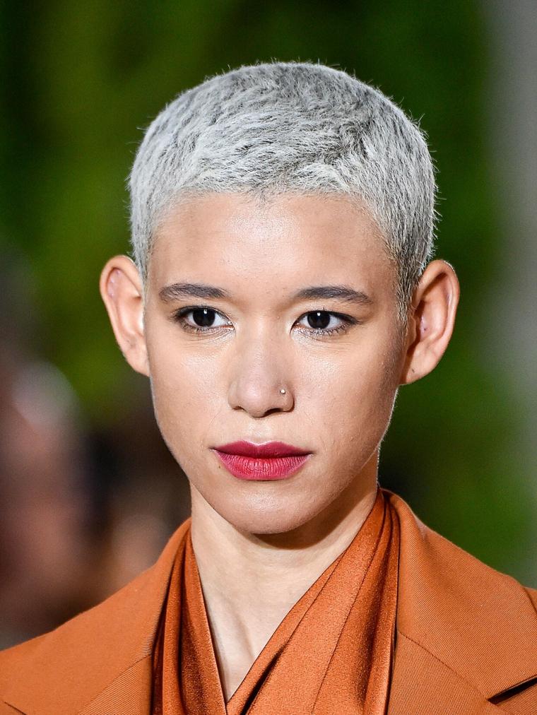 donna con taglio di capelli maschile pixie di colore biondo cenere