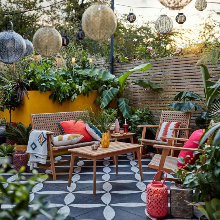 giardini idee da copiare arredamento patio con mobili in legno decorazione con palle luminose
