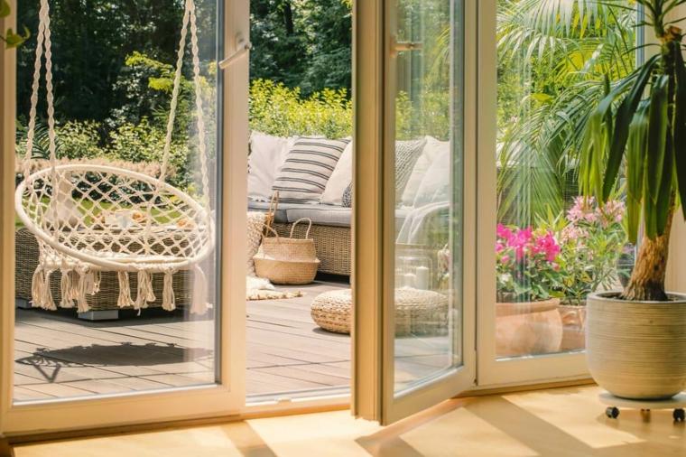 giardini idee da copiare arredo con panchina in legno sedia dondolo