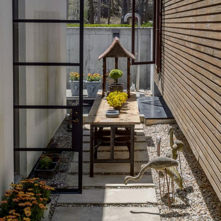 giardini moderni con sassi arredamento da esterno con tavolo da pranzo in legno
