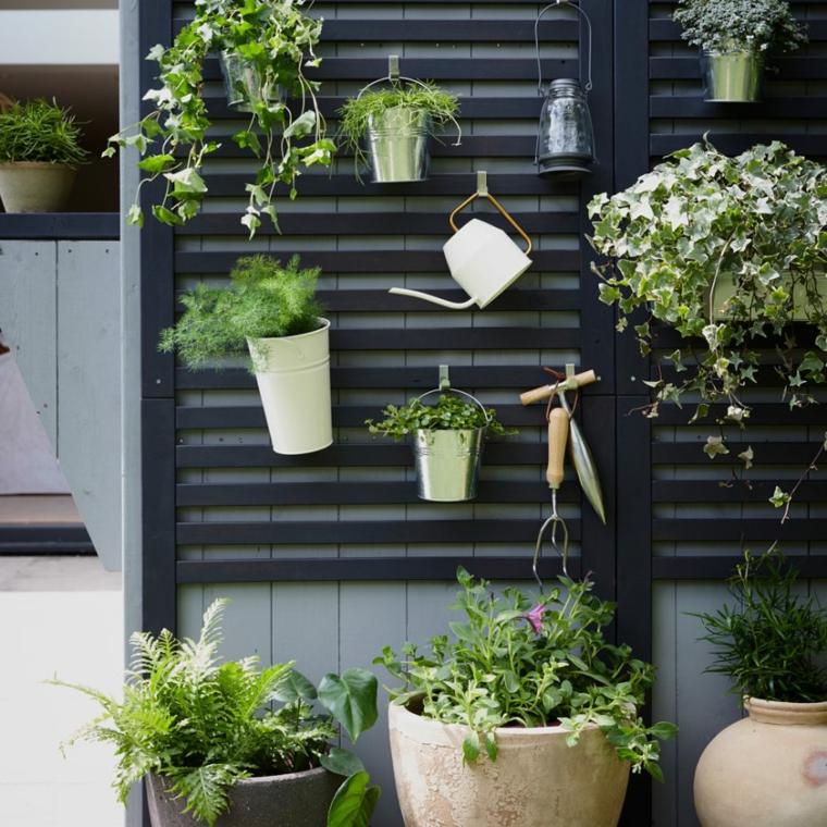 idee giardino piccolo fai da te parete in legno con vasi appesi