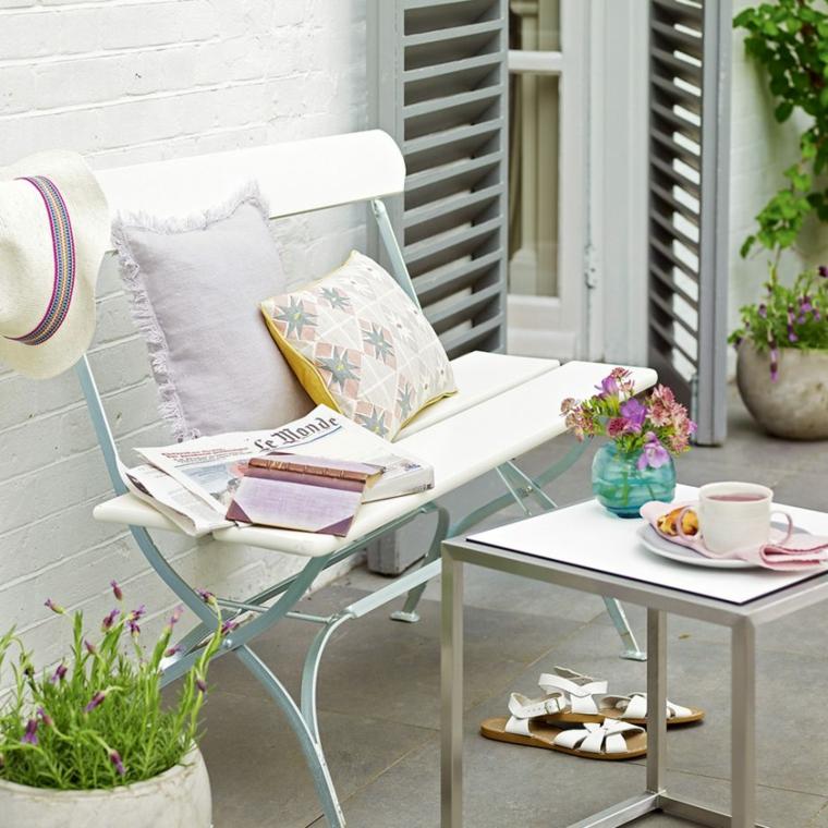 idee per un giardino piccolo moderno arredamento con panchina e tavolino
