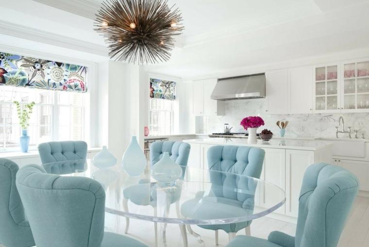 open space cucina e sala da pranzo insieme tavolo di vetro con poltrone tiffany