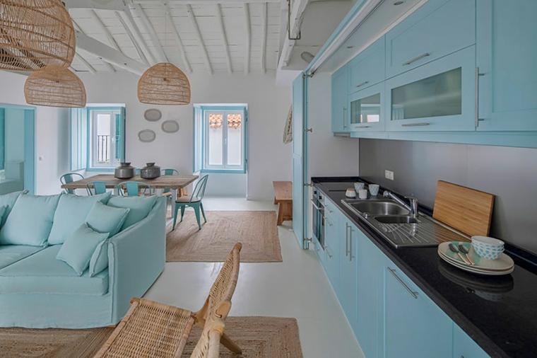 open space cucina soggiorno soffitto con travi di legno colori da abbinare al verde tiffany